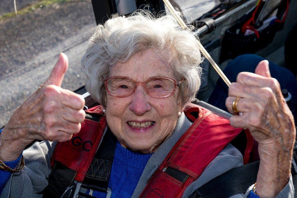 婆婆表示坐滑翔機的體驗很奇妙,推薦每個人都去試試。(圖片來源:Davers Court Care Home's Facebook)