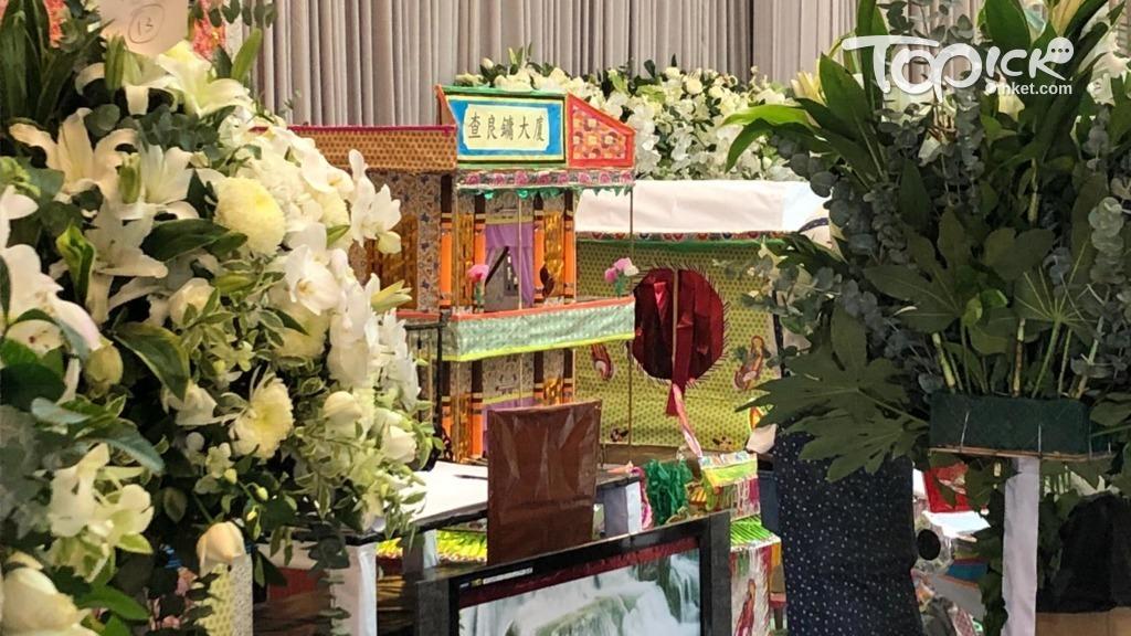 靈堂內有不少紙紮祭品。(勞佩欣攝)