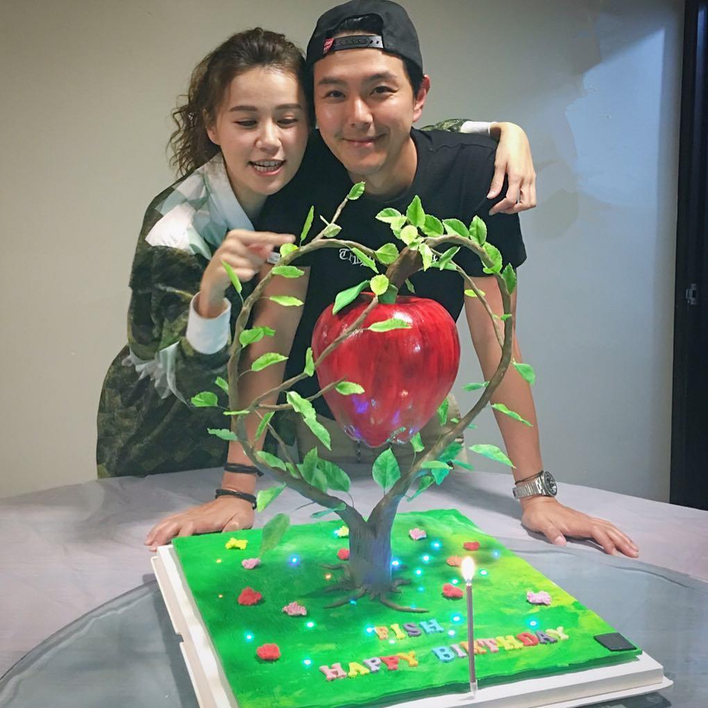 黃翠如今年十月生日時,蕭正楠特地為她訂製蘋果樹生日蛋糕。(instagram圖片)