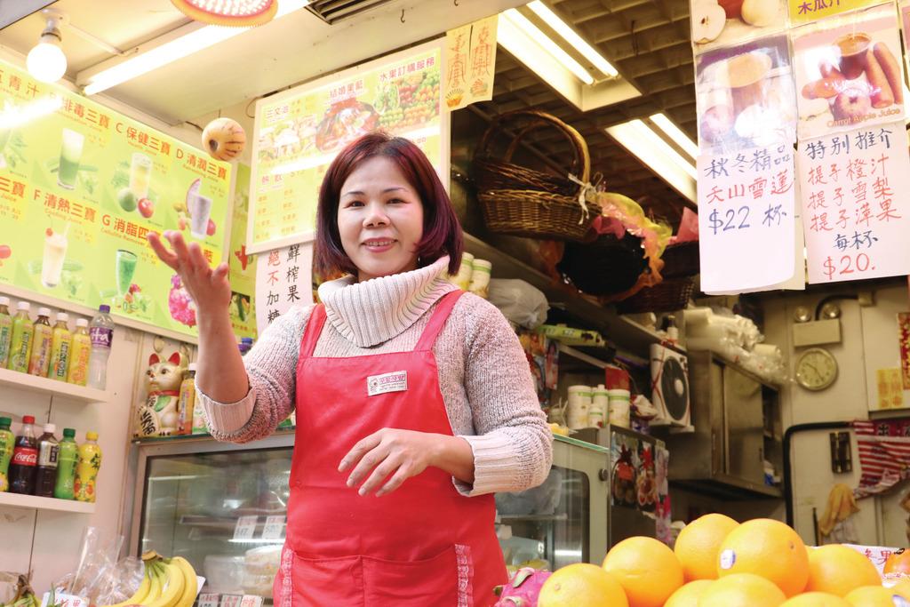 活力鮮果汁負責人珍珍表示,人參果宜配搭雪梨做果汁。(陳智良攝)