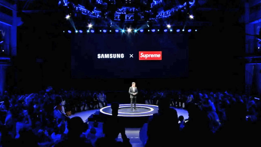Samsung去年12月在中國舉行大型記招,宣佈與Supreme合作。(網上圖片)