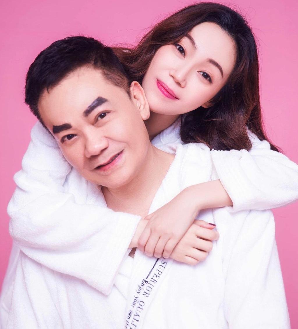 黃玉郎以新look拍婚照,網友形容變了「王小虎。」(取自黃玉郎微博)