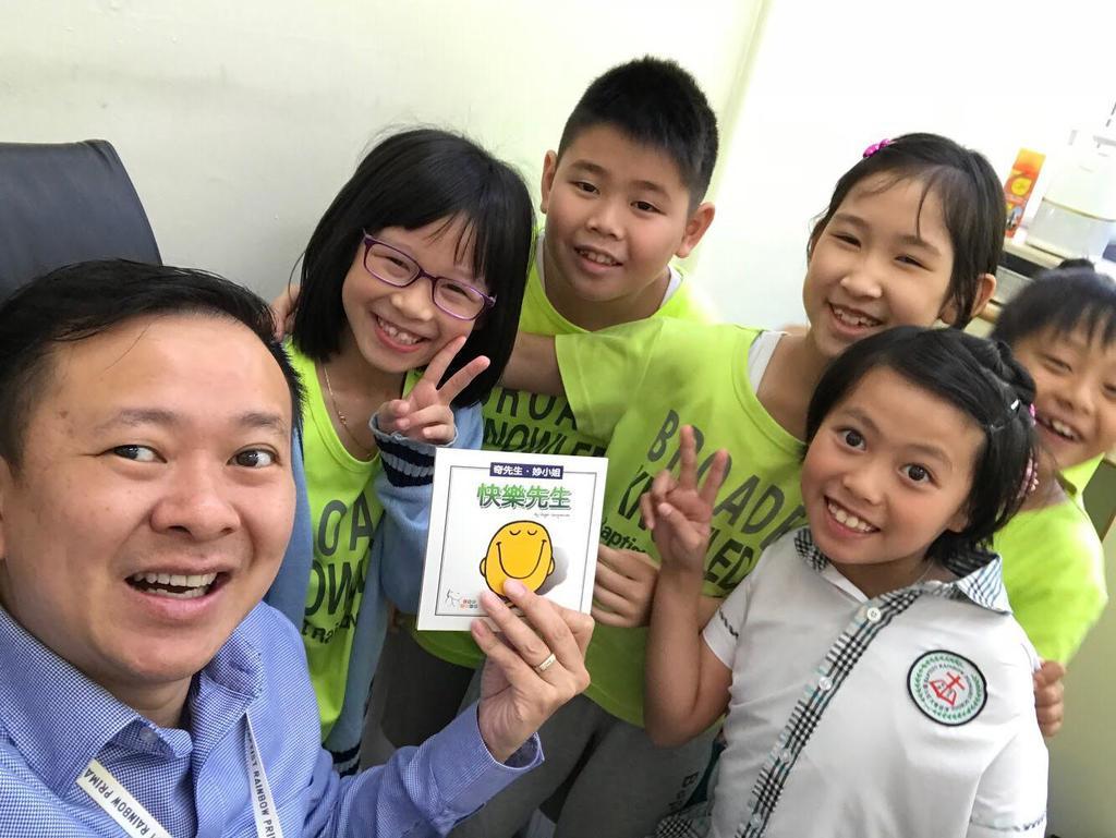 馮校長最愛與學生自拍,留下美好回憶。(受訪者提供)