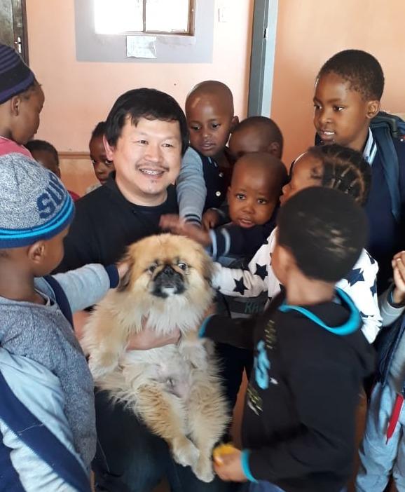Dennis積極融入社區,曾探訪當地幼稚園小朋友。(相片由受訪者提供)
