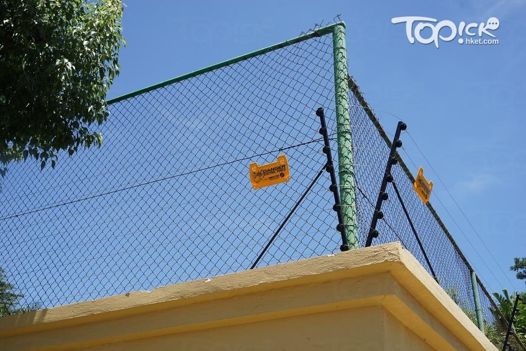所有房屋都有電流鐵網,以阻嚇作用為主。(張頌婷攝)