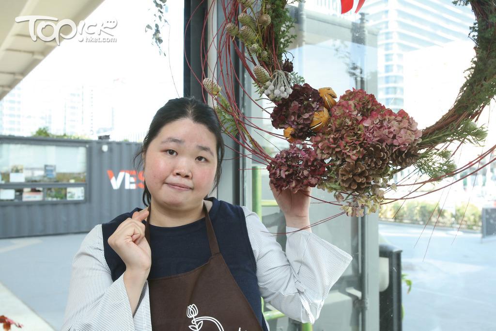 花藝師秀娟熱愛插花設計,會製作鮮花盆栽及節日花圈等。(湯炳強攝)