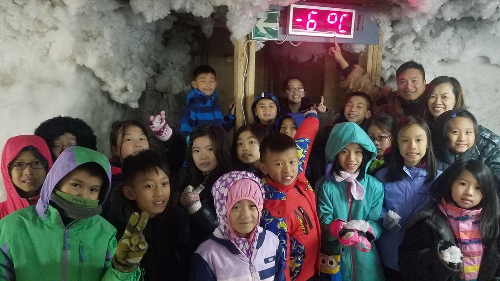 師生參觀西伯利亞永久凍土層,只有-6度。(受訪學校提供照片)