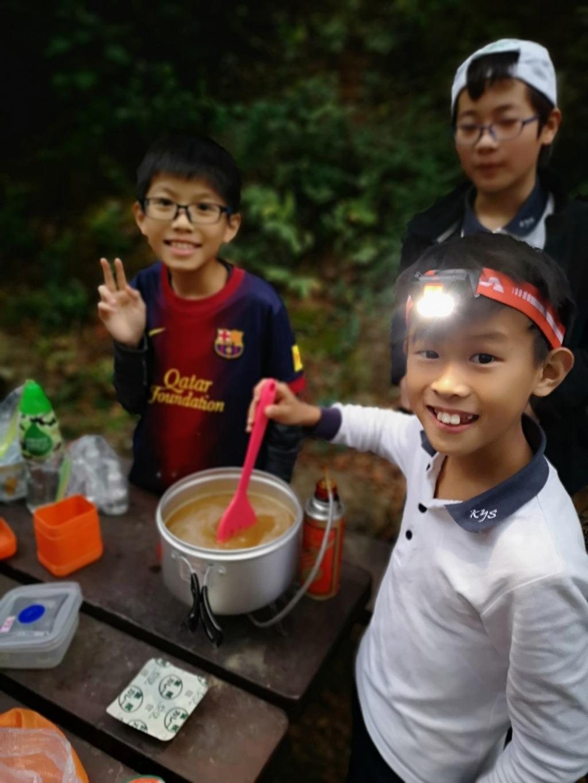 小朋友在露營時自行紮營及煮食。(受訪學校提供照片)