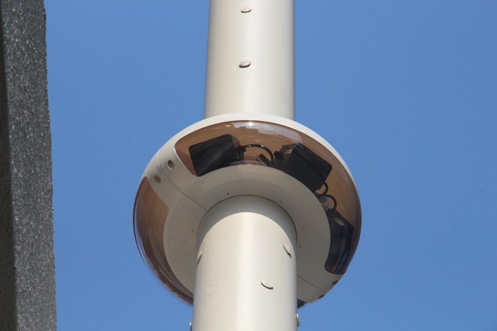 智慧燈柱上最多可安裝3個圓形外殼,以放置各種感應器和鏡頭,供政府部門收集城市數據。(政府資訊科技總監辦公室提供)