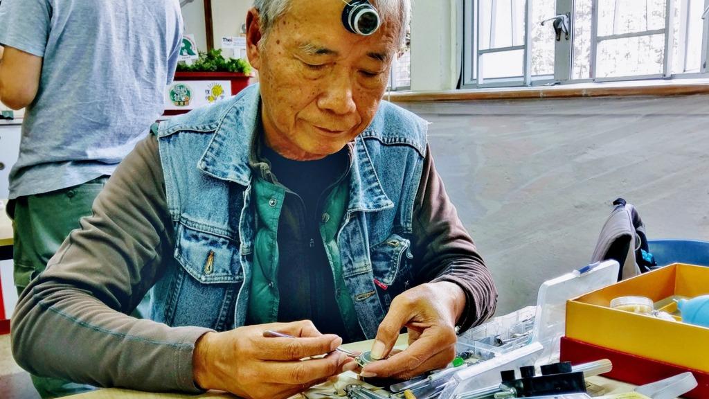 阿屈是「復修冰室」中唯一懂得維修手錶的人。(圖片由「復修冰室」提供)
