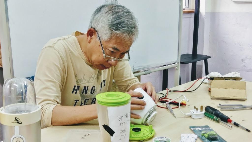 每逢「復修冰室」舉辦活動,阿徐都會特意回來中心幫街坊維修電器。(圖片由「復修冰室」提供