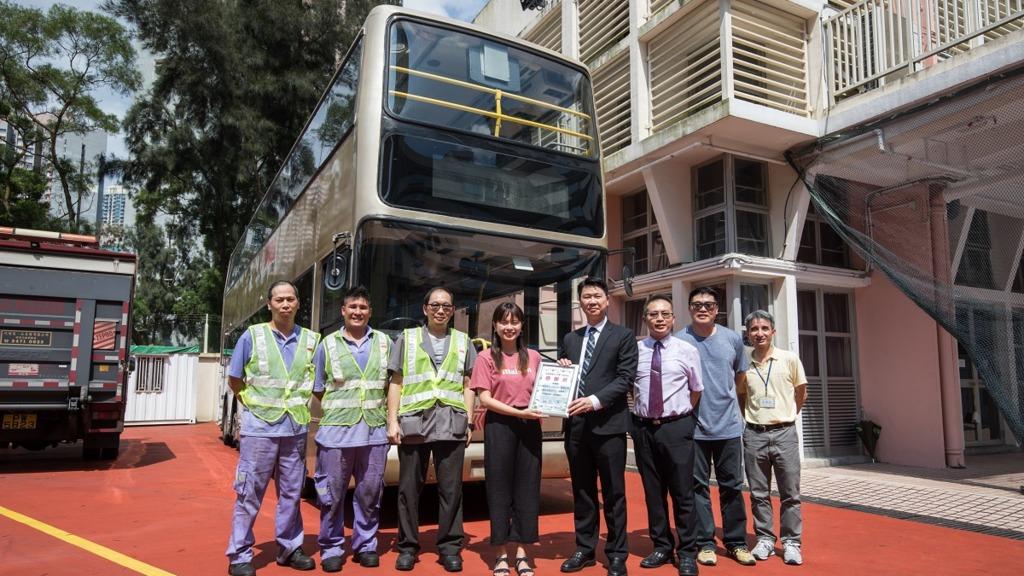 明愛馬鞍山中學蔡子良先生(右四)期望,將退役巴士變成學界別具特色的生命教育館。(圖片由九巴提供)