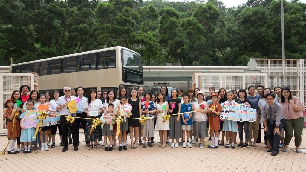 港澳信義會明道小學的師生喜迎退役巴士,並計劃將上下層分別改裝成「STEM 之太陽能研究中心」及「好快樂閱讀廊」。(圖片由九巴提供)
