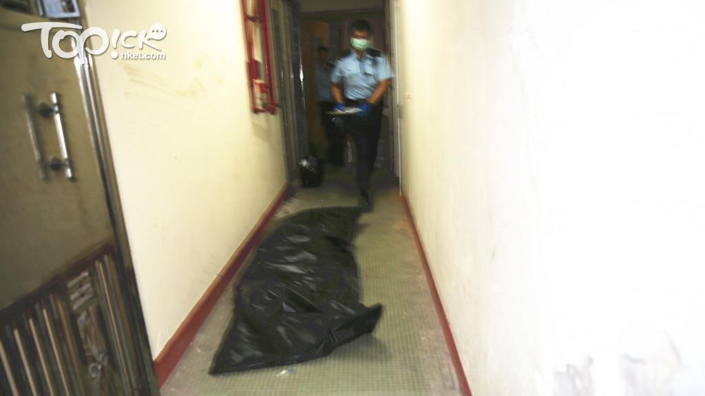 女童疑死去多時,屍體被抬上後,僵直放在地上以黑色膠袋遮蓋。(黃傑偉攝)