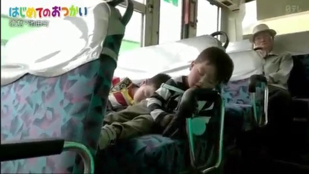 2兄弟回家時都睡著了。(影片截圖)