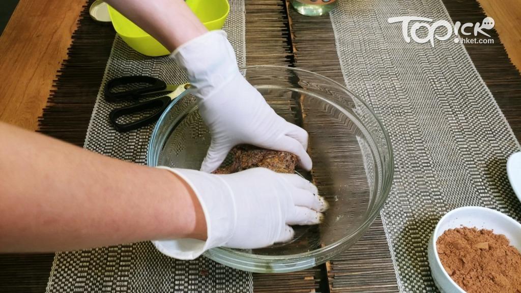 把所有材料用手搓勻成麵糰狀。(趙景隆攝)