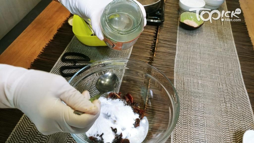 把各樣種材料分次放入,椰子油宜最後加入。(趙景隆攝)
