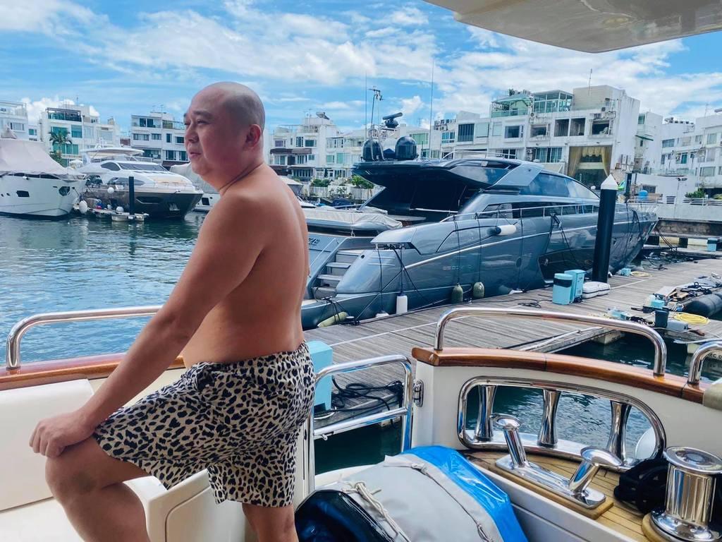Bob貼出在遊艇照回應買入滙豐心情。(取自facebook)