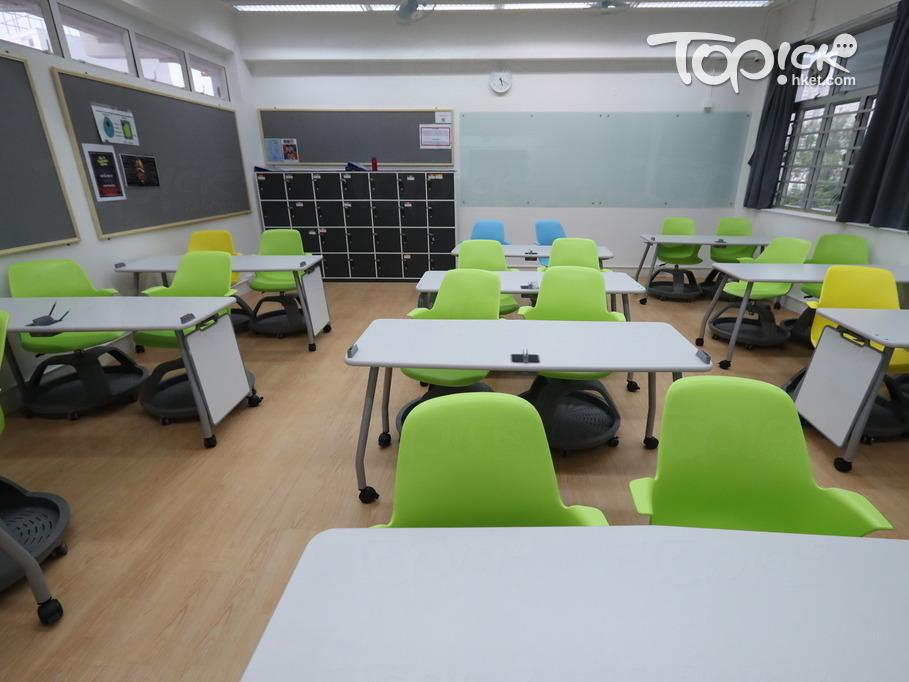 學生桌旁擺放流動白板,又可作為隔板,桌椅設計靈活可轉動,方便課堂討論。(黃建輝攝)
