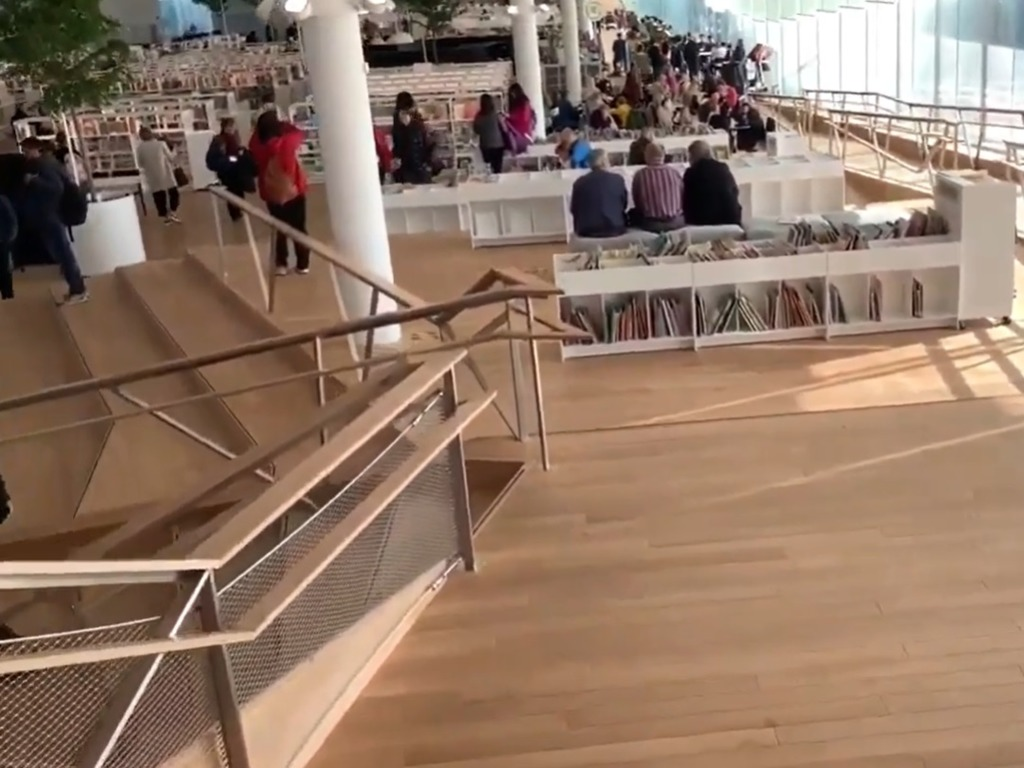 有一些階梯讓人坐下閱讀。(影片截圖)