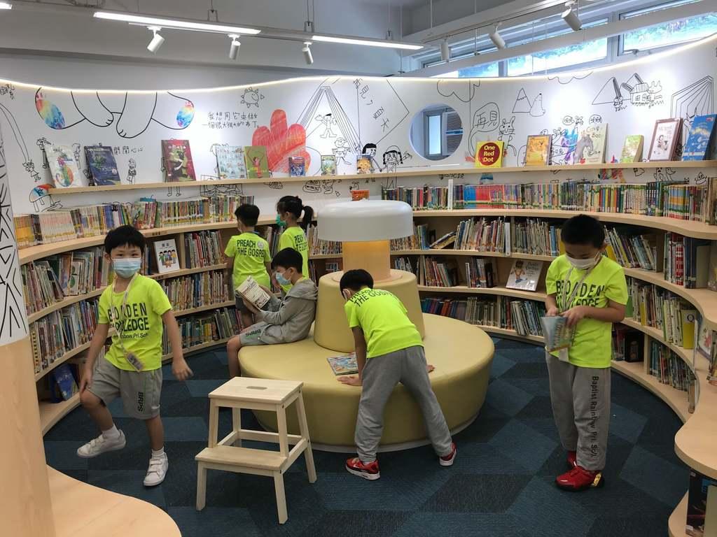 天虹圖書館有流線型書櫃。(facebook圖片)
