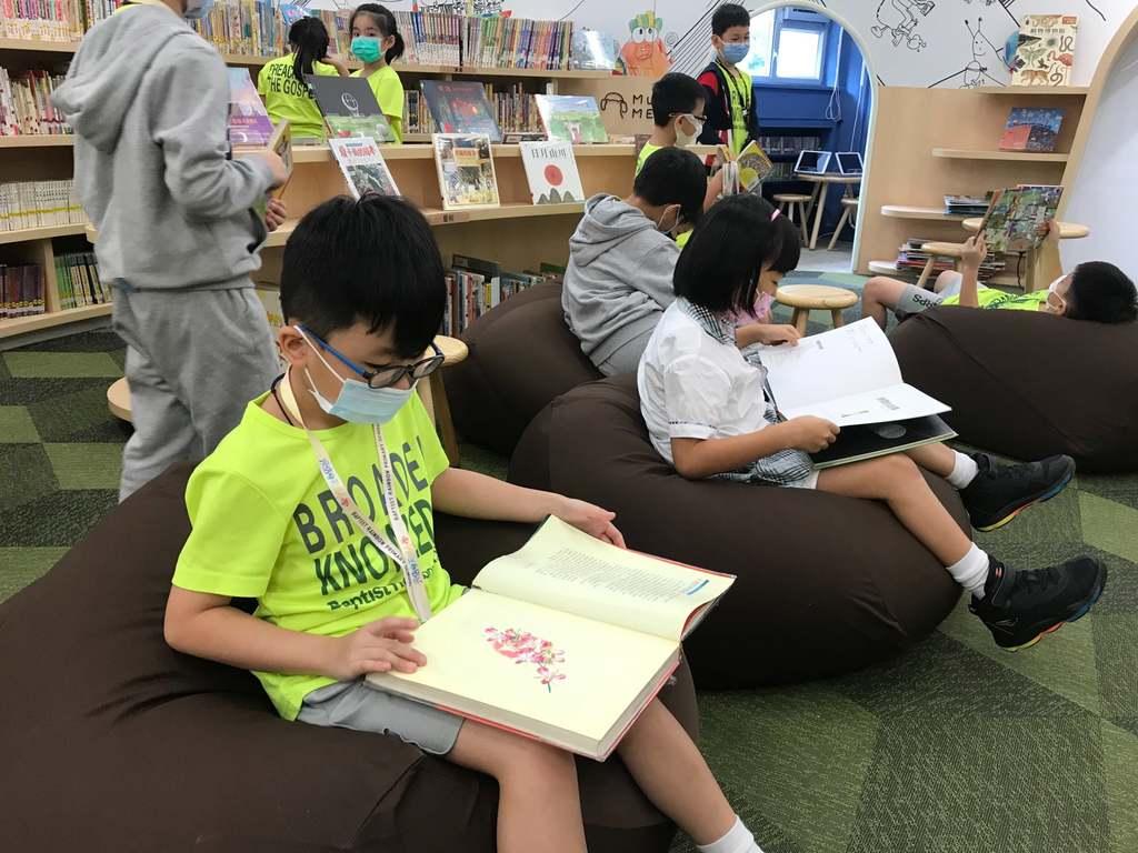 學生在圖書館閱讀。(facebook圖片)