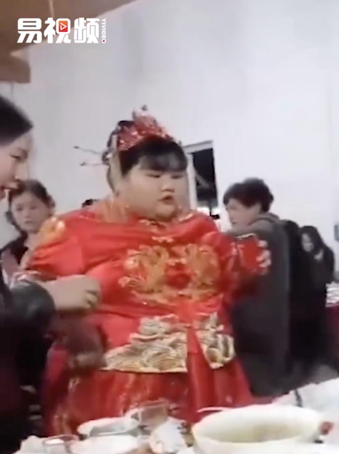 網傳新娘體重高達325斤(約358磅)。(影片截圖)