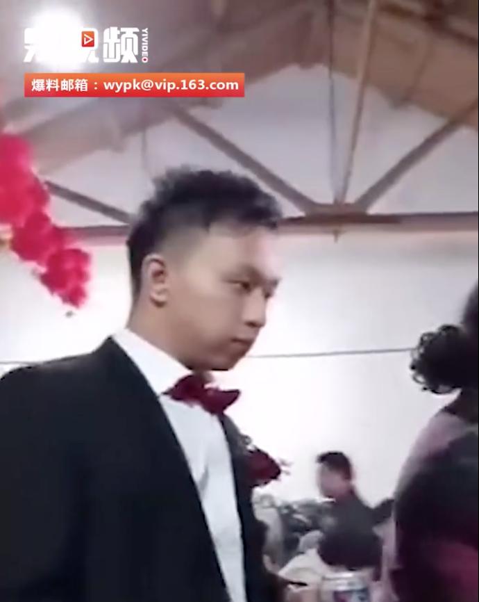 新郎一直跟在新娘後面,目無表情。(影片截圖)