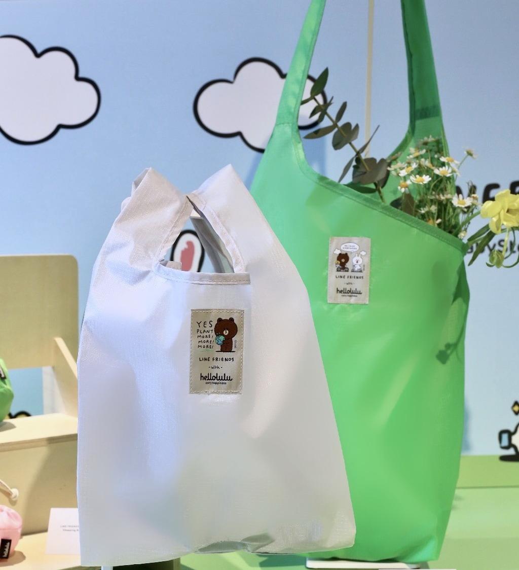 LINE FRIENDS with hellolulu購物袋的主要材質是由海洋塑膠垃圾循環再造而成的極輕尼龍物料製造,分別有環保便當袋($148)及環保購物袋($218)。(官方圖片)
