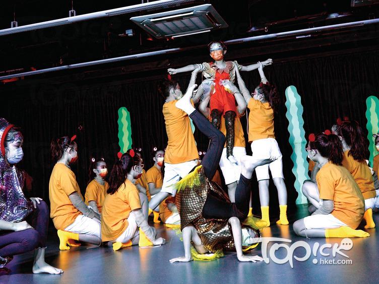 學生在劇中扮演一群海洋生物。(馮漢柱攝)