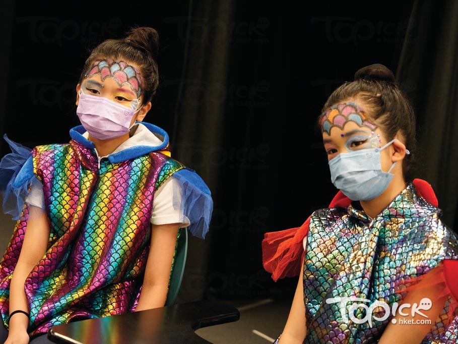 兩名學生在額頭畫上彩色「魚鱗」。(馮漢柱攝)