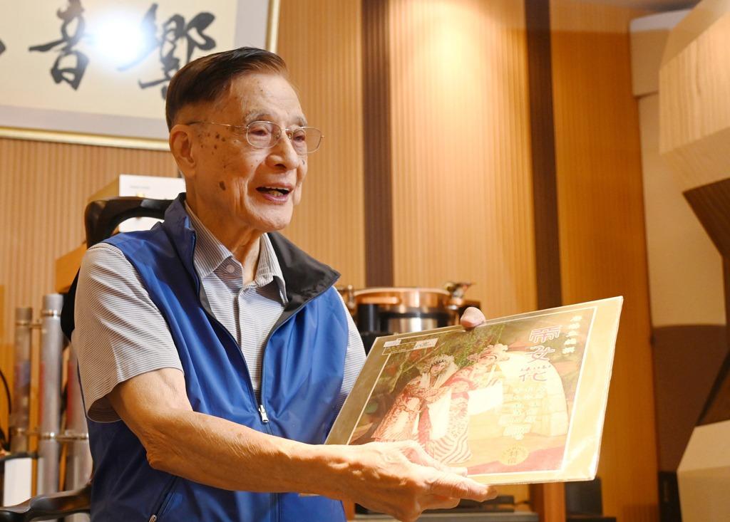 1960年任白灌錄《帝女花》唱片,朱慶祥負責彈奏古箏。(曾耀輝攝)
