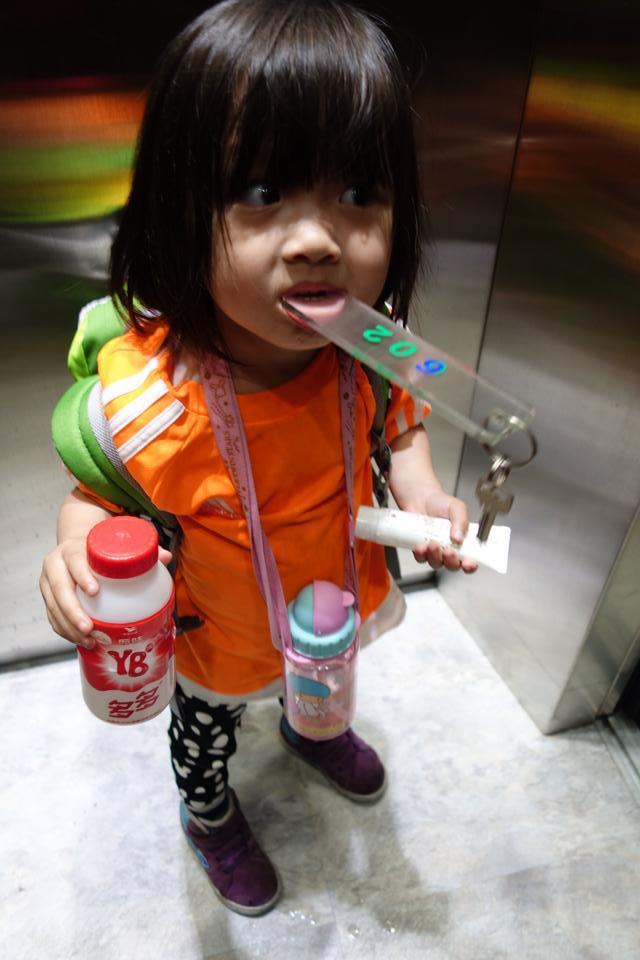 小悅自己拿行李。相片來源:黃鎮昌facebook