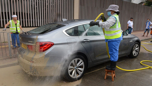 泥头车倾出泥浆 宝马被「泥浆浴」(有片)