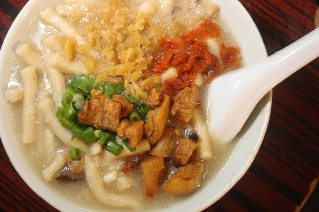 狗仔粉用冬菇、蝦米、豬油渣,煲45分鐘、再焗45分鐘煮成,湯汁比較稠,麵質比較滑。冼偉倫攝